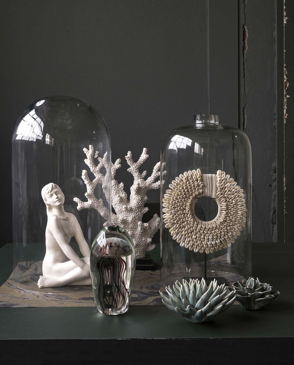 vtwonen 13-2017 | glazen stolpen met koraal, en wit beeld van meisje