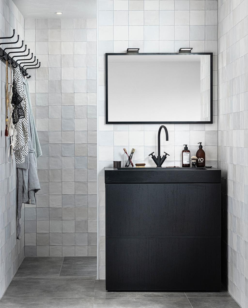 vtwonen collectie 08-2020 badkamer zwarte wastafel met spiegel