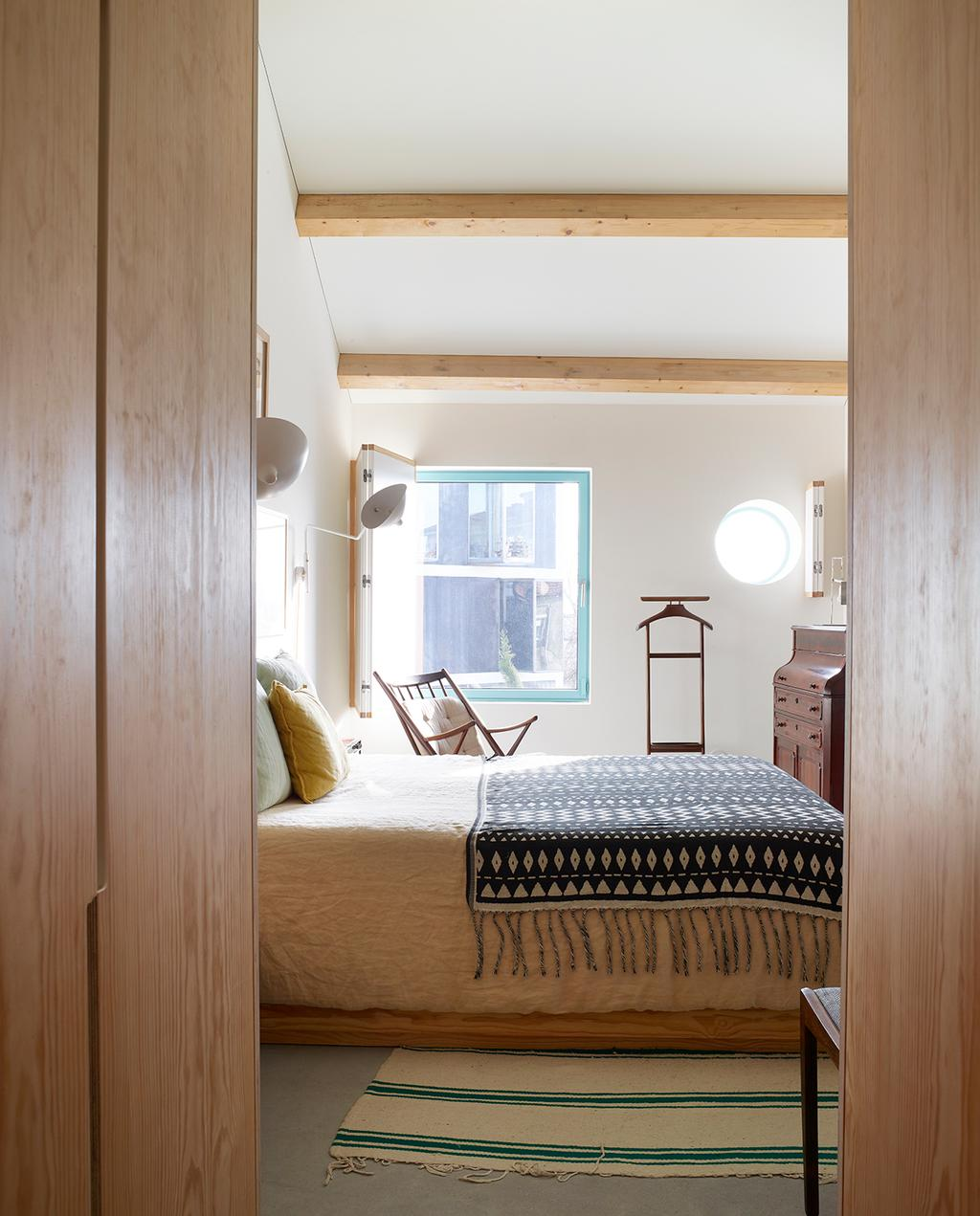 vtwonen 05-2020 | modern stadshuis Porto slaapkamer met bed