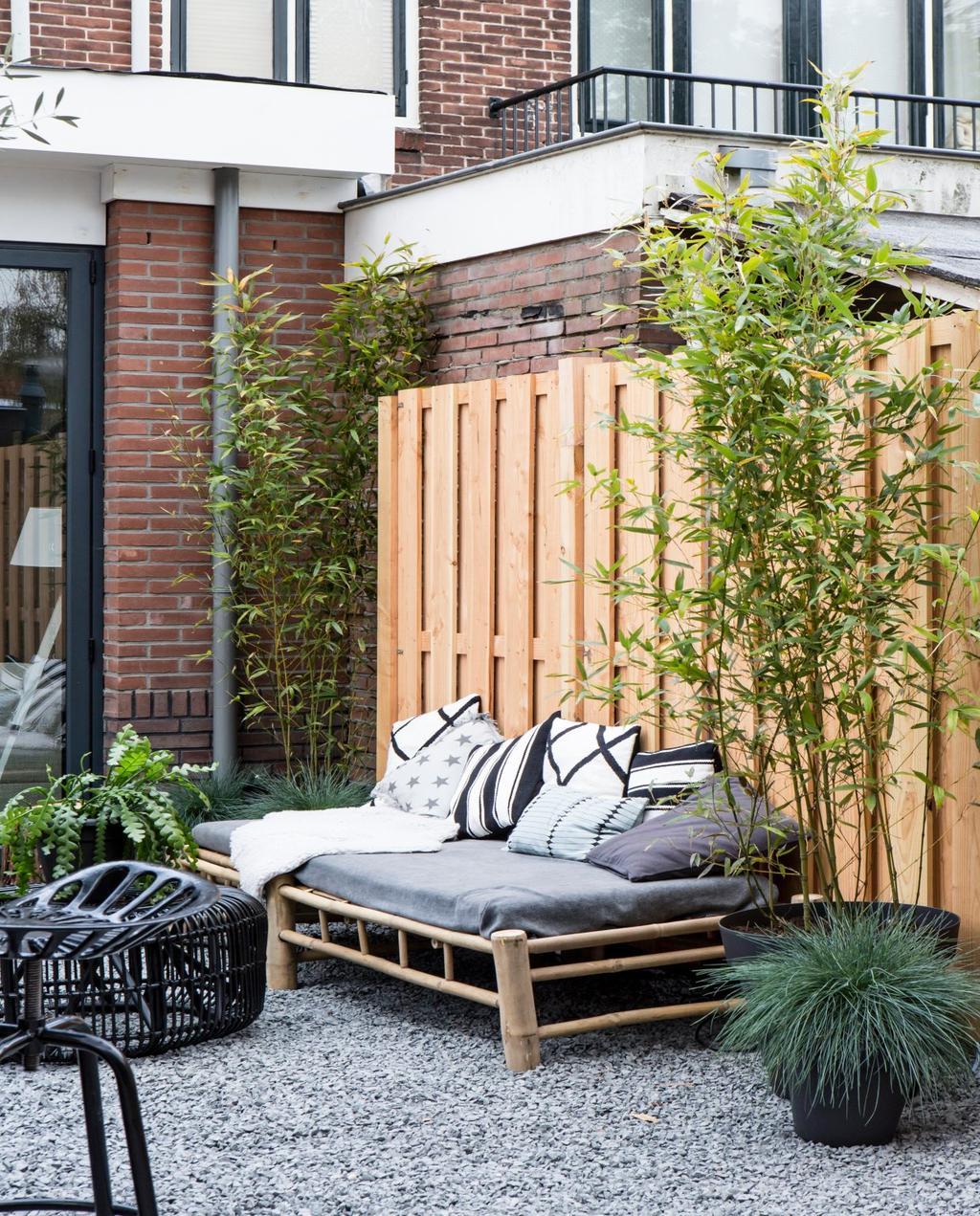 2017 vtwonen | terras bamboo loungebank grijs witte kussens