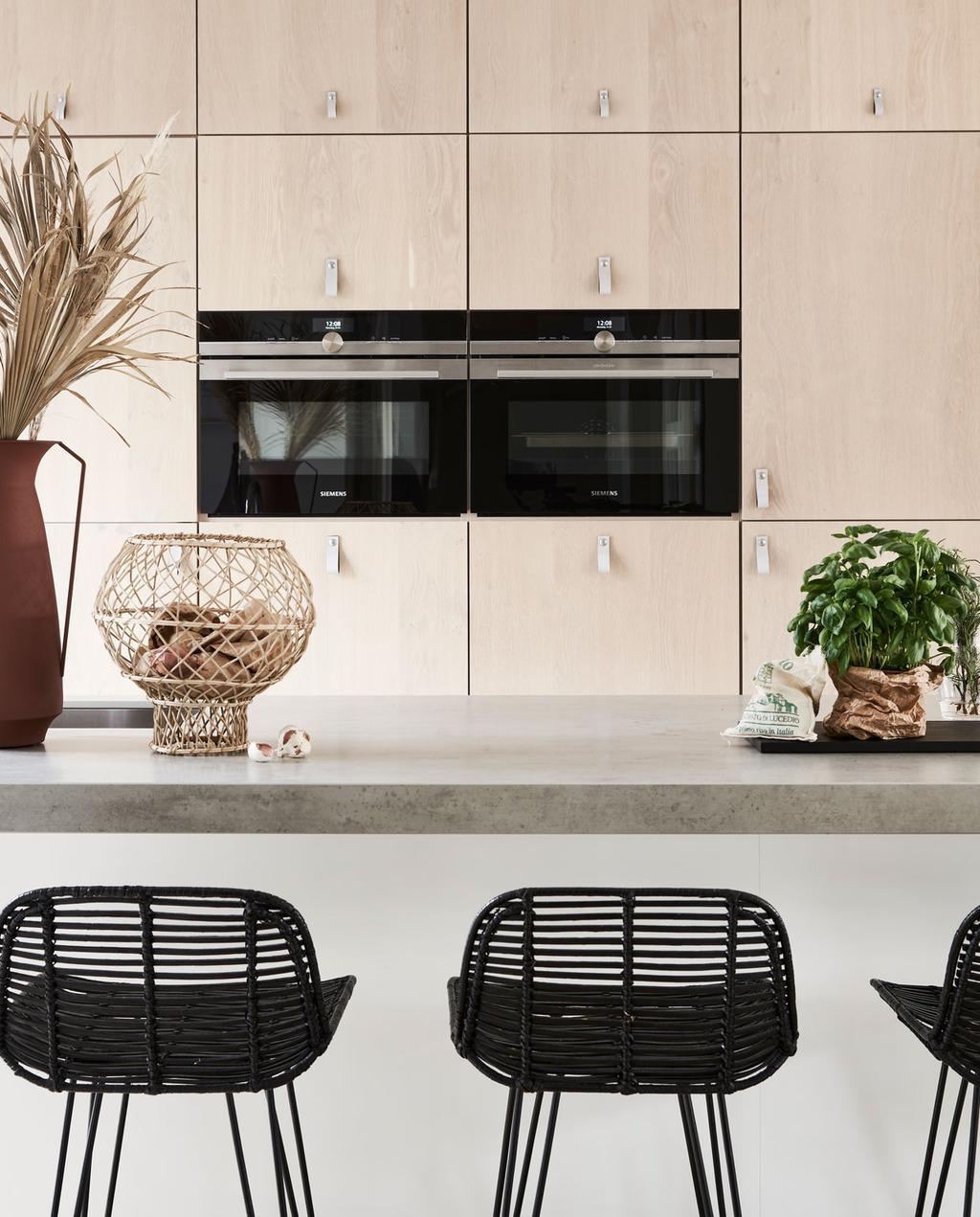 vtwonen binnenkijken in een blonde keuken met zwarte accenten siemens en de kwakel