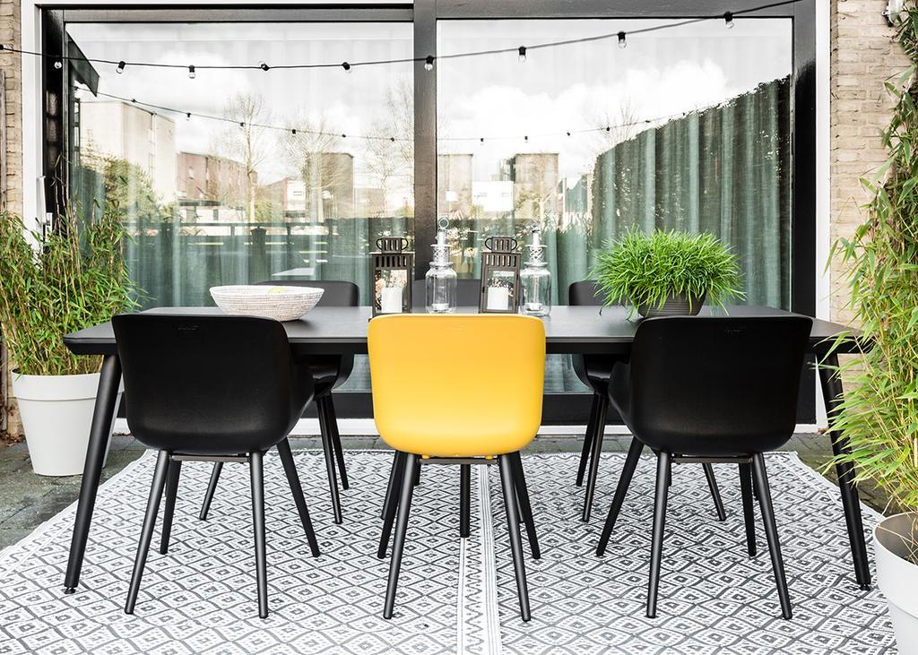 Tuin met gele en zwarte stoelen