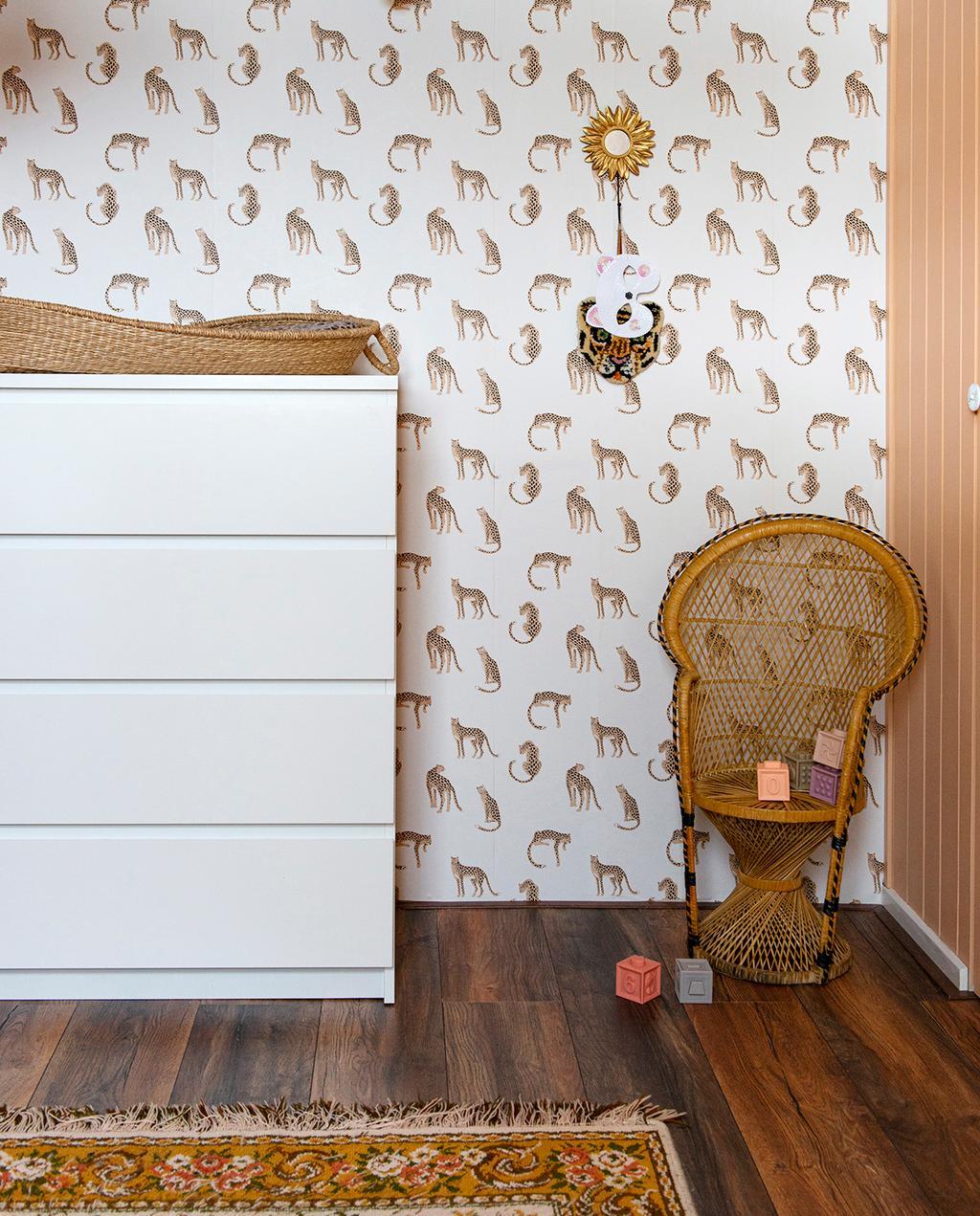 vtwonen 08-2020 | binnenkijken Hillegom kinderkamer met behang en rotan stoeltje