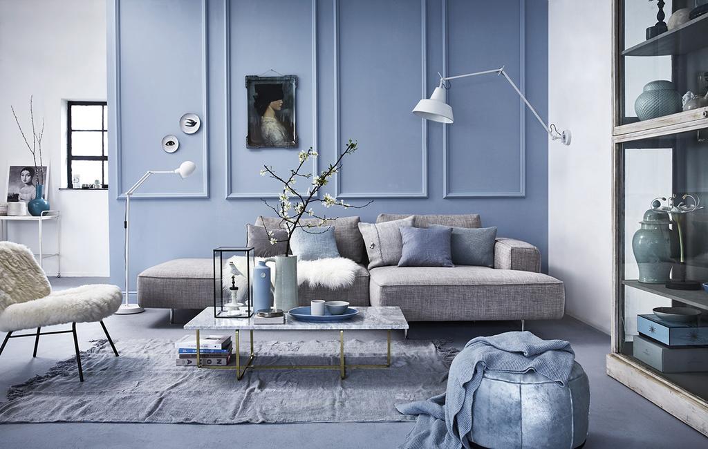vtwonen 05-2016 | woonkamer blauwe pastelmuur met schilderij en grijze hoekbank