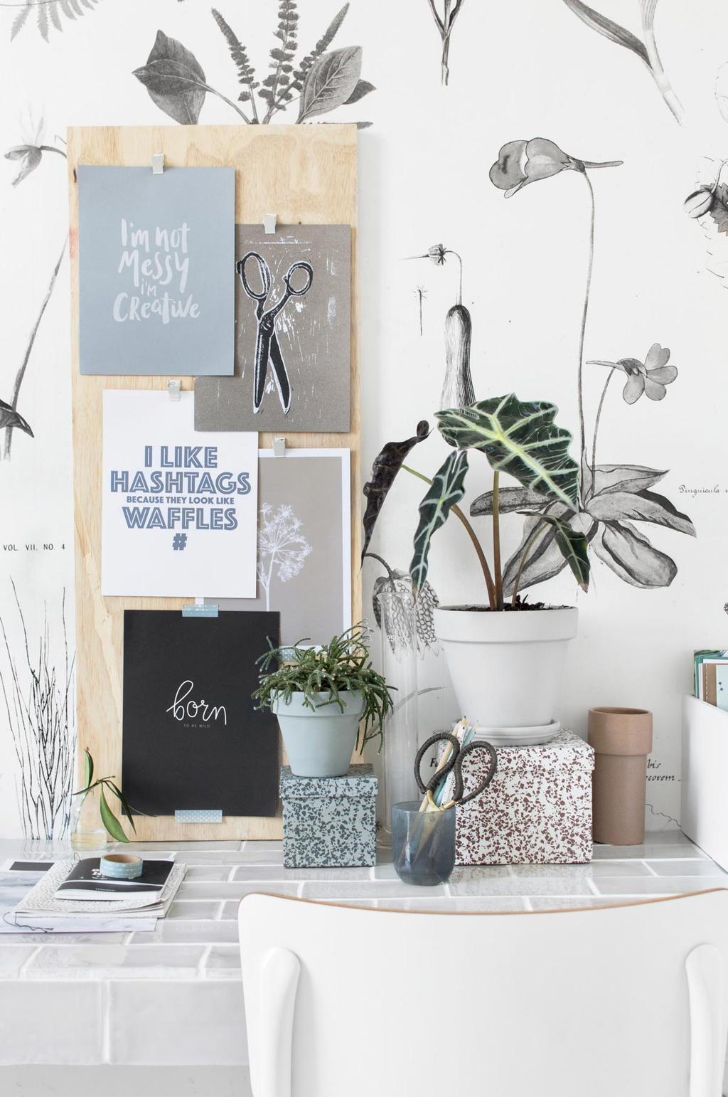 vtwonen posterboek op houten plank op een bureau