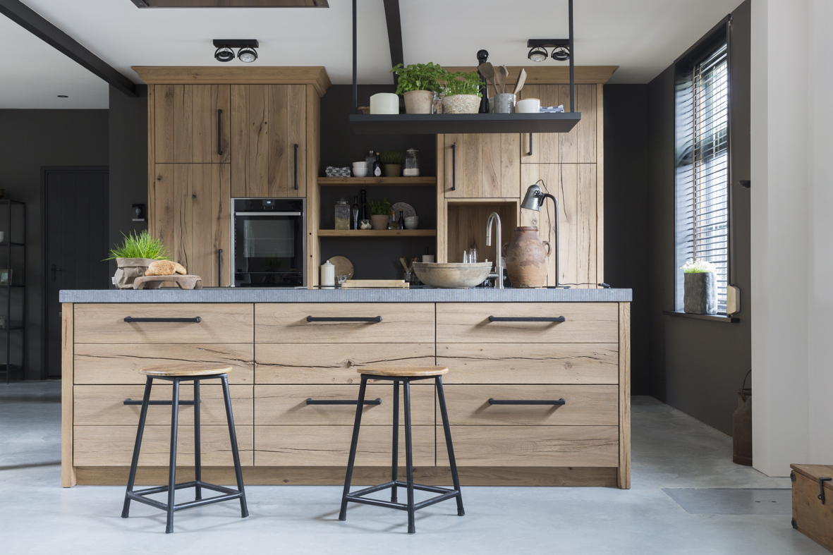 Keuken met hout, industrieel en botanisch