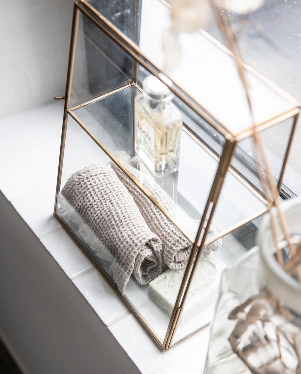 vtwonen 04-2021 | sieraden kast van glas en koper met parfum