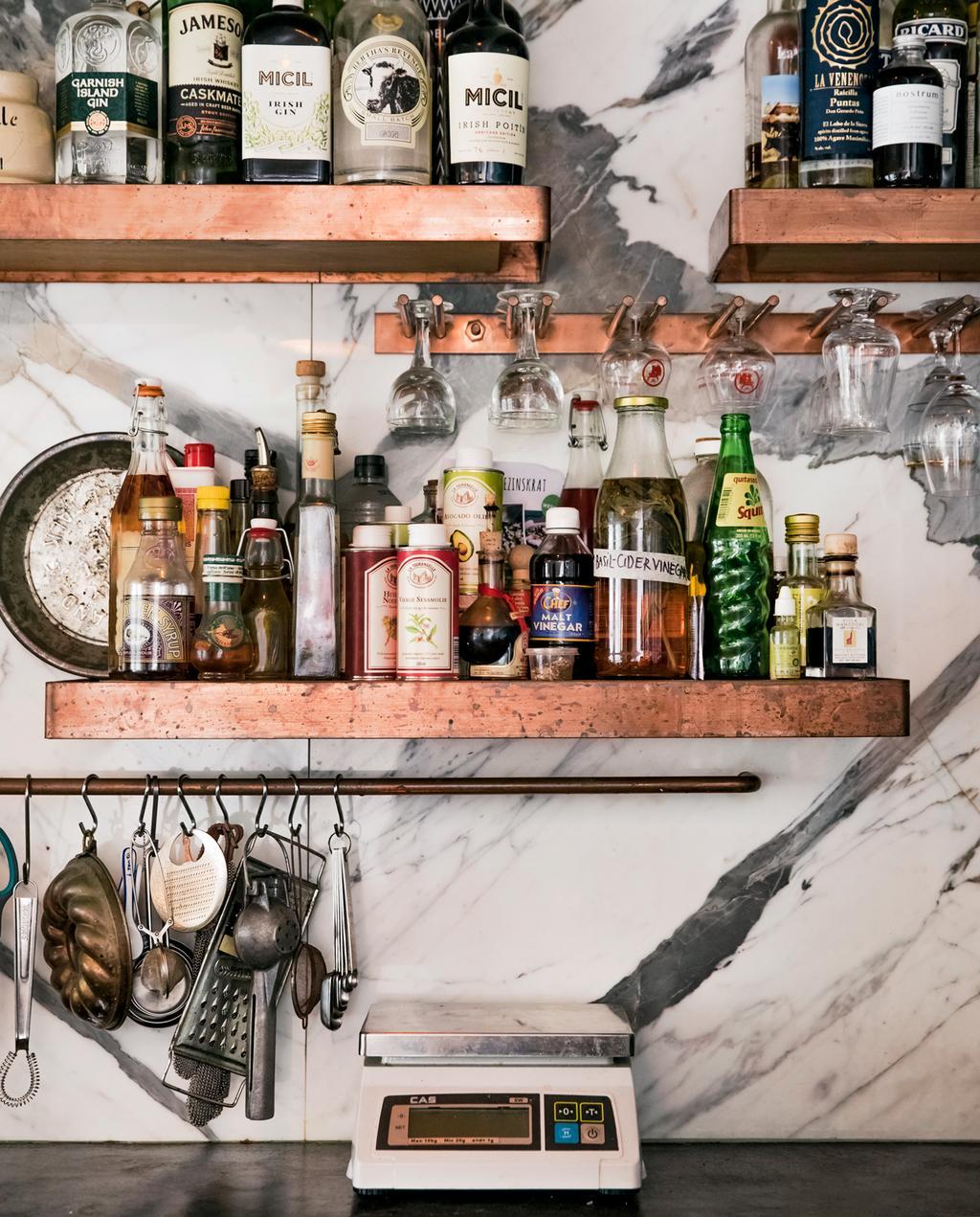 vtwonen 5-2019 | Ambacht Yvette keukenwand planken