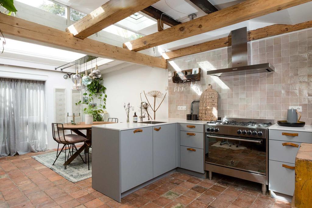 grijze keuken tegelvloer bruin