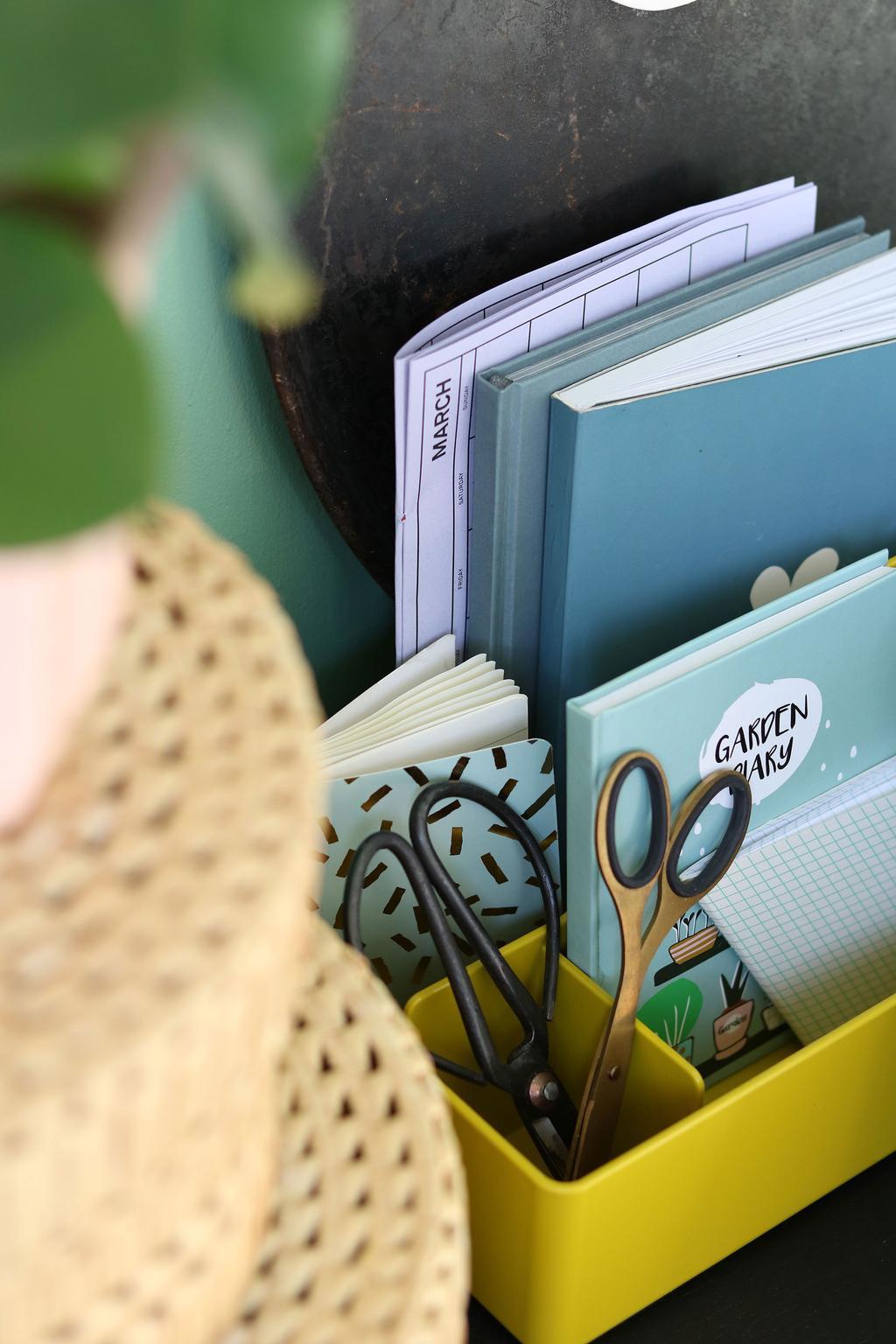 Mosterd kleurige opbergbox in een werkplek in een voorjaarshuis van blogger MY ATTIC
