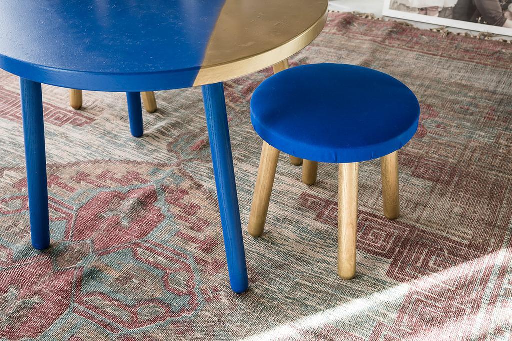 De geschilderde stoeltjes en tafeltje van Loes en Kim uit de eerste aflevering van het tweede seizoen van 'Een frisse start met vtwonen'