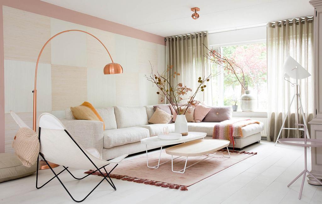 roze woonkamer met witte bank