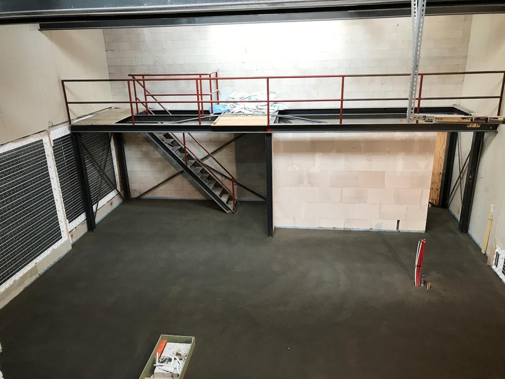 tegen-deze-muur-staat-hij-nu-de-kastjes-onder-het-entresol-en-een-voorraadkast-inloopkast-weggewerkt-als-keukenkast