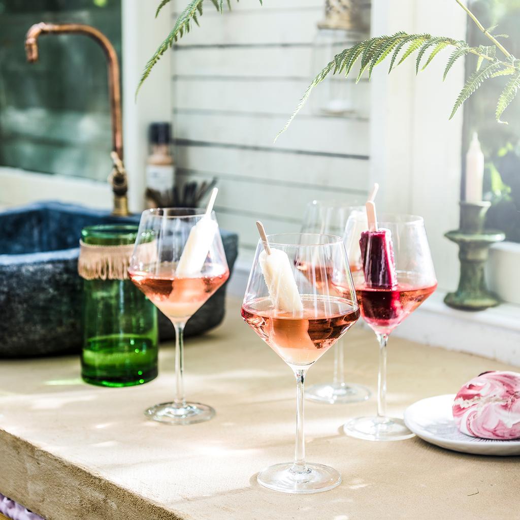 vtwonen tuin special 2 2020 | aanrecht met gevulde cocktail glazen koel drankje
