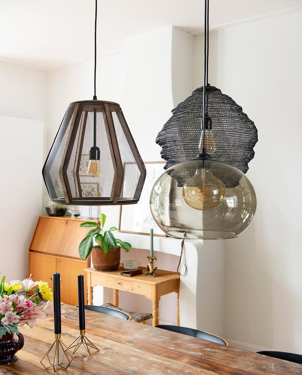 vtwonen 01-2021 | verschillende hanglampen boven eettafel