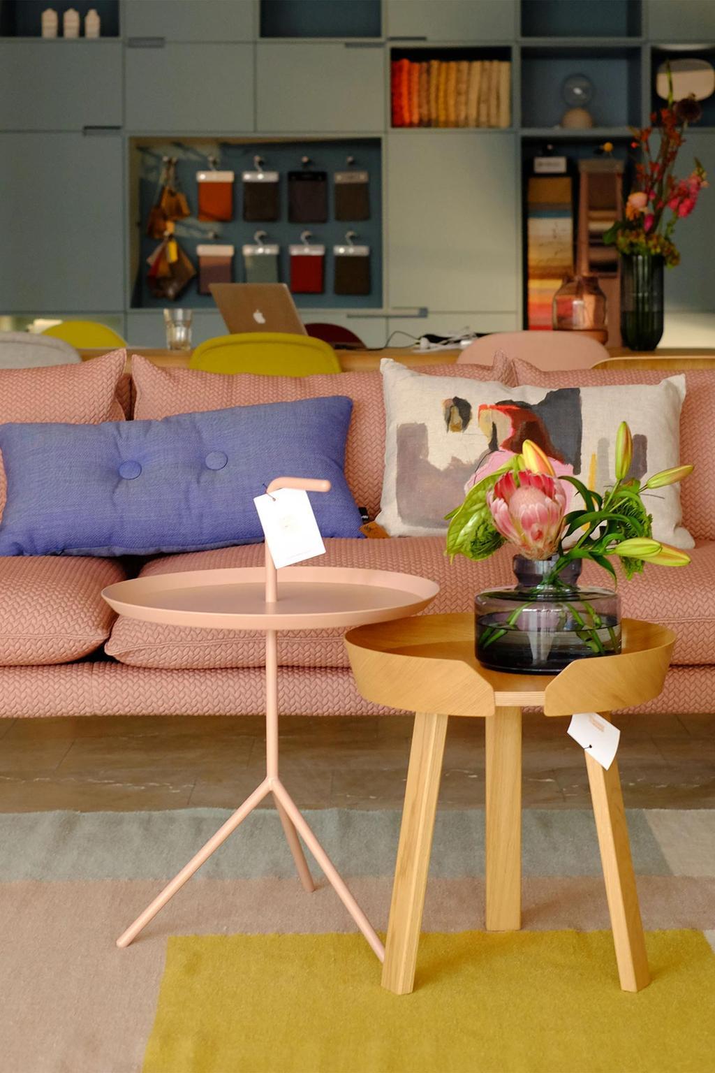 Roze designbank en HAY tafeltje bij Femkeido