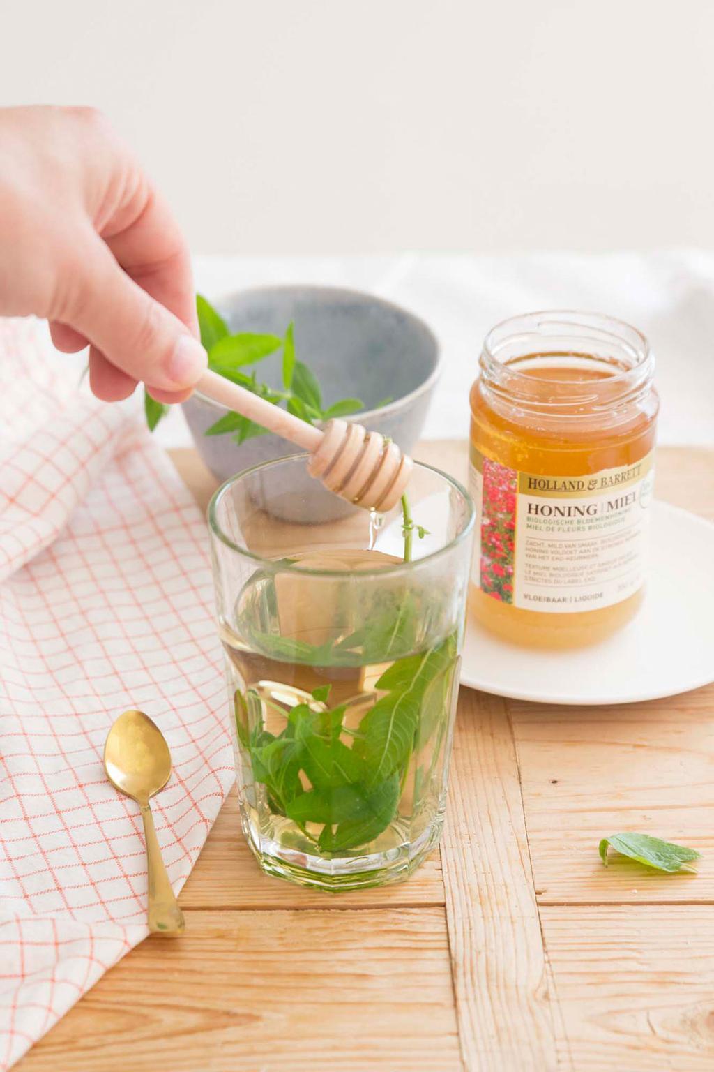 Thee uit eigen tuin van citroen verbena met honing