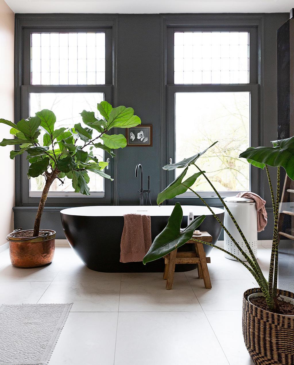 vtwonen 04-2020 | zwart losstaande badkamer