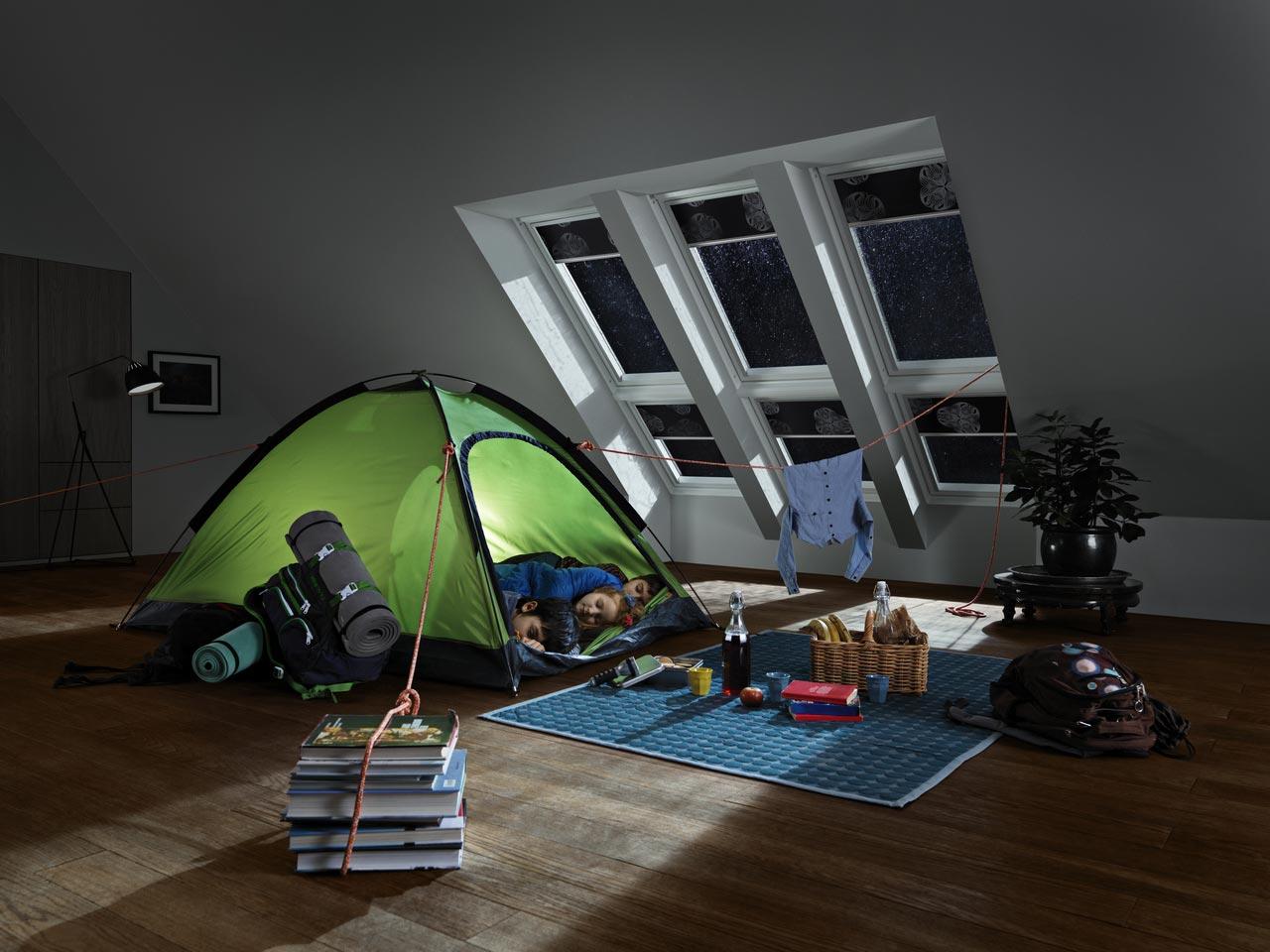 slapen ></p> <h2>Thuis een plek onder de sterren</h2> <p>Geen zin om zover te reizen, een hekel aan zand tussen je tenen of kriebelbeestjes in je slaapzak, dan kun je ook thuis een plek onder de sterren creëren. Met VELUX producten is dit gemakkelijker te realiseren dan je denkt. Staat je bed onder een schuin dak, denk dan eens aan het plaatsen van dakramen zowel naast als boven elkaar. Slaap je onder een plat dak dan biedt een lichtkoepel uitkomst. Zo krijg je niet alleen meer licht, lucht en ruimte in je slaapkamer, maar kun je 's nachts ook nog genieten van een fantastisch uitzicht op de sterrenhemel.</p> <h2>Je bed niet uit</h2> <p>Als je behoefte hebt aan meer duisternis: alle VELUX dakramen en lichtkoepels kunnen worden voorzien van hippe raamdecoratie zoals bijvoorbeeld op afstand bedienbare verduisterende rolgordijnen. Helemaal te gek: zowel de dakramen als verduisterende rolgordijnen worden bediend met een innovatieve bedieningstablet. Je hoeft je bed dus echt niet uit! Zie je het al voor je? Romantisch met je lief onder de Melkweg. In plaats van schaapjes, sterren tellend in slaap vallen. Dromen onder de Grote en Kleine beer en slapen terwijl Sirius over je waakt. Kijk voor nog veel meer inspirerende ideeën voor slapen onder de sterren op <a href=