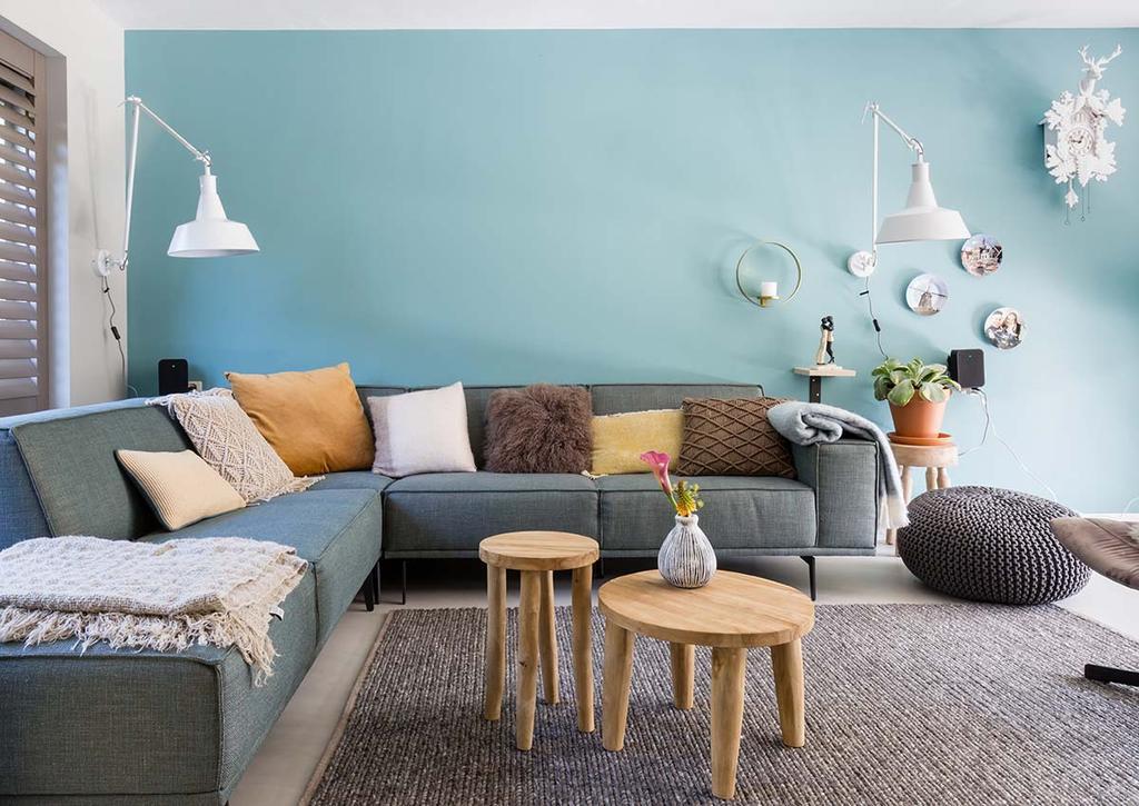 Weer verliefd op je huis: zithoek met blauwe wand en grijze hoekbank