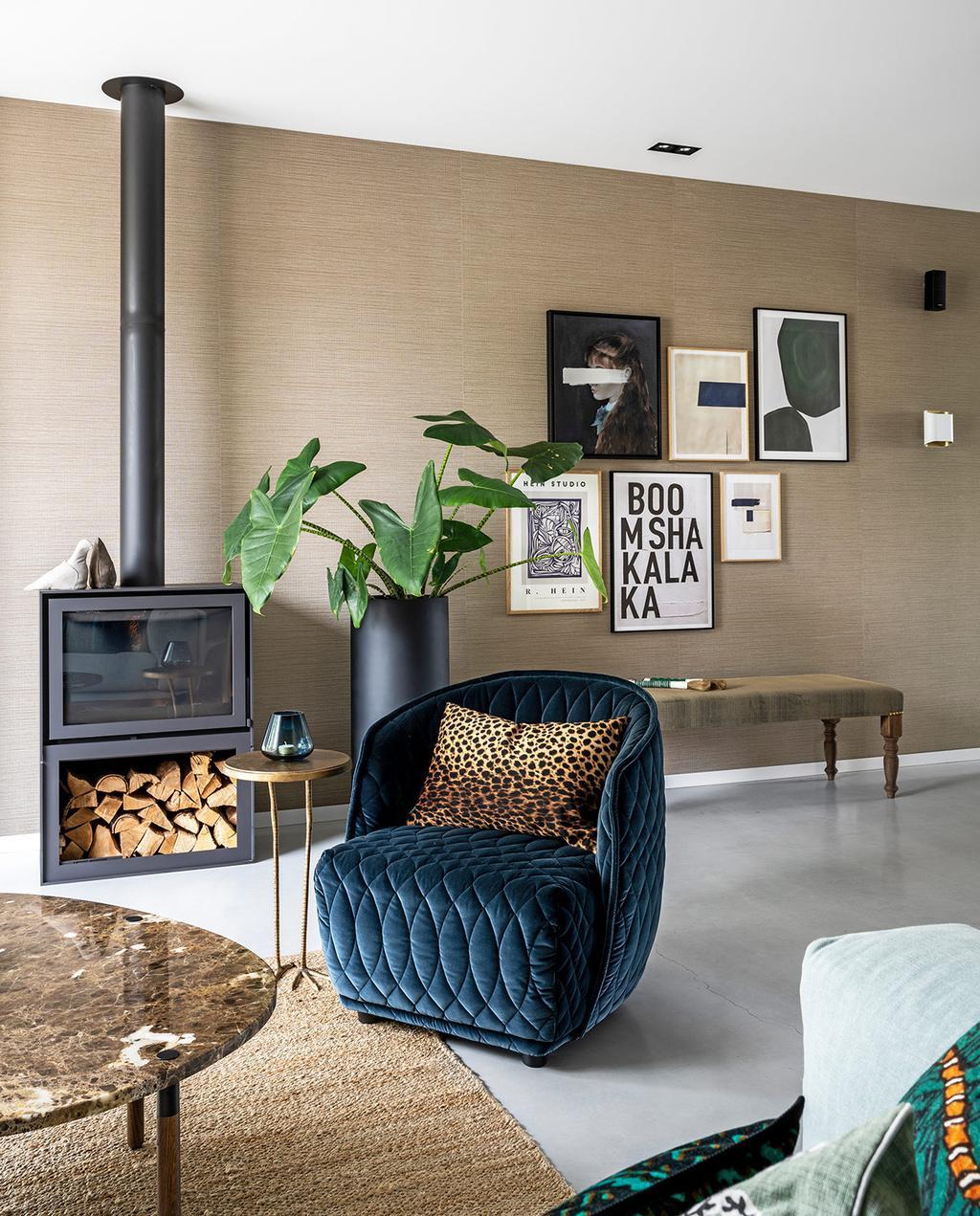 vtwonen 03-2021 | woonkamer met blauwe fauteuil bruine muur