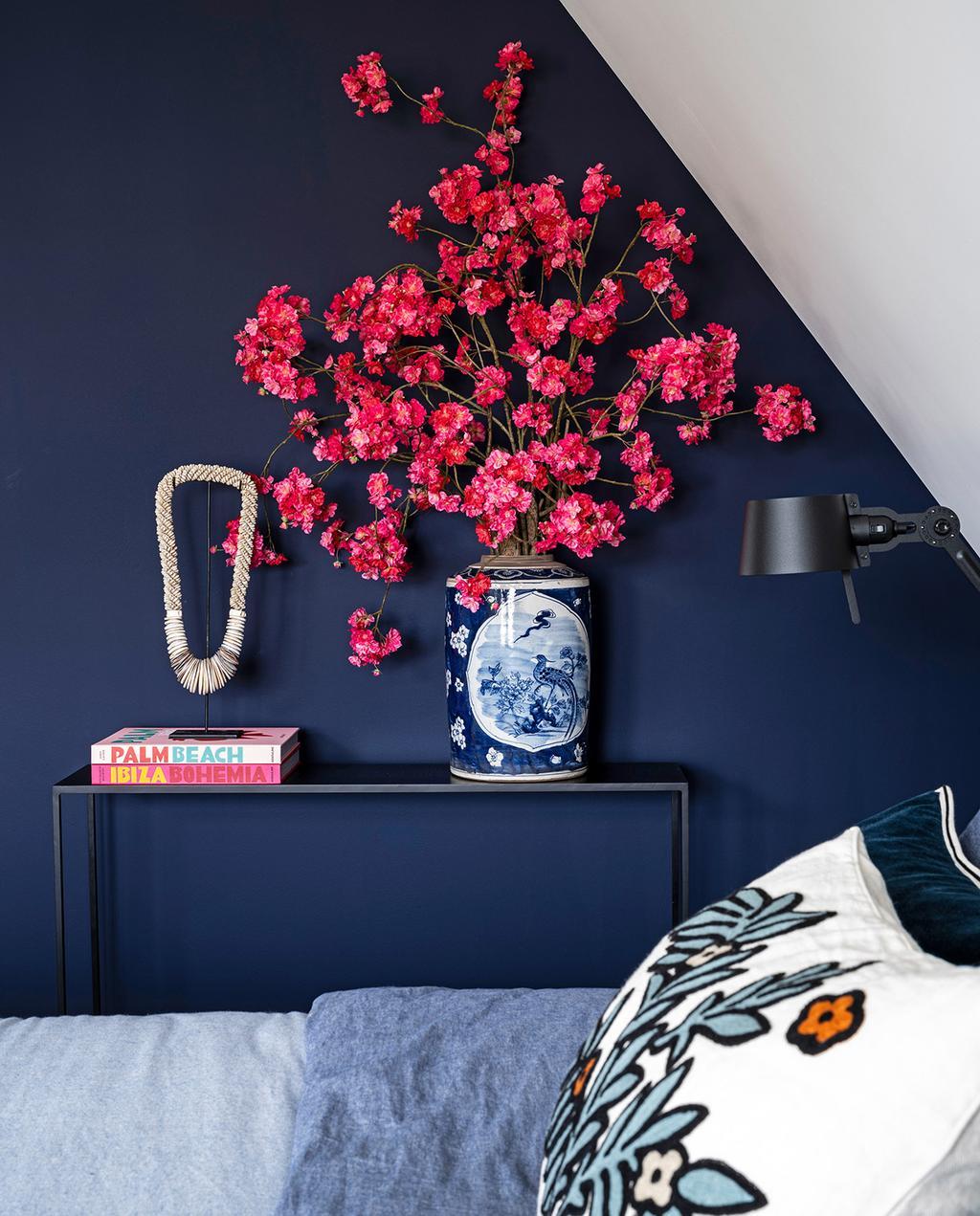 vtwonen 03-2021 | slaapkamer met schuin dak met blauwtinten en een roze bloem