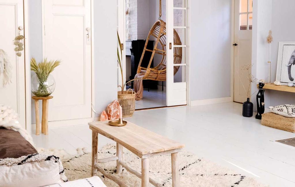vtwonen 08-2020 | bk strandhuis gevoel in meppel woonkamer met hangstoel