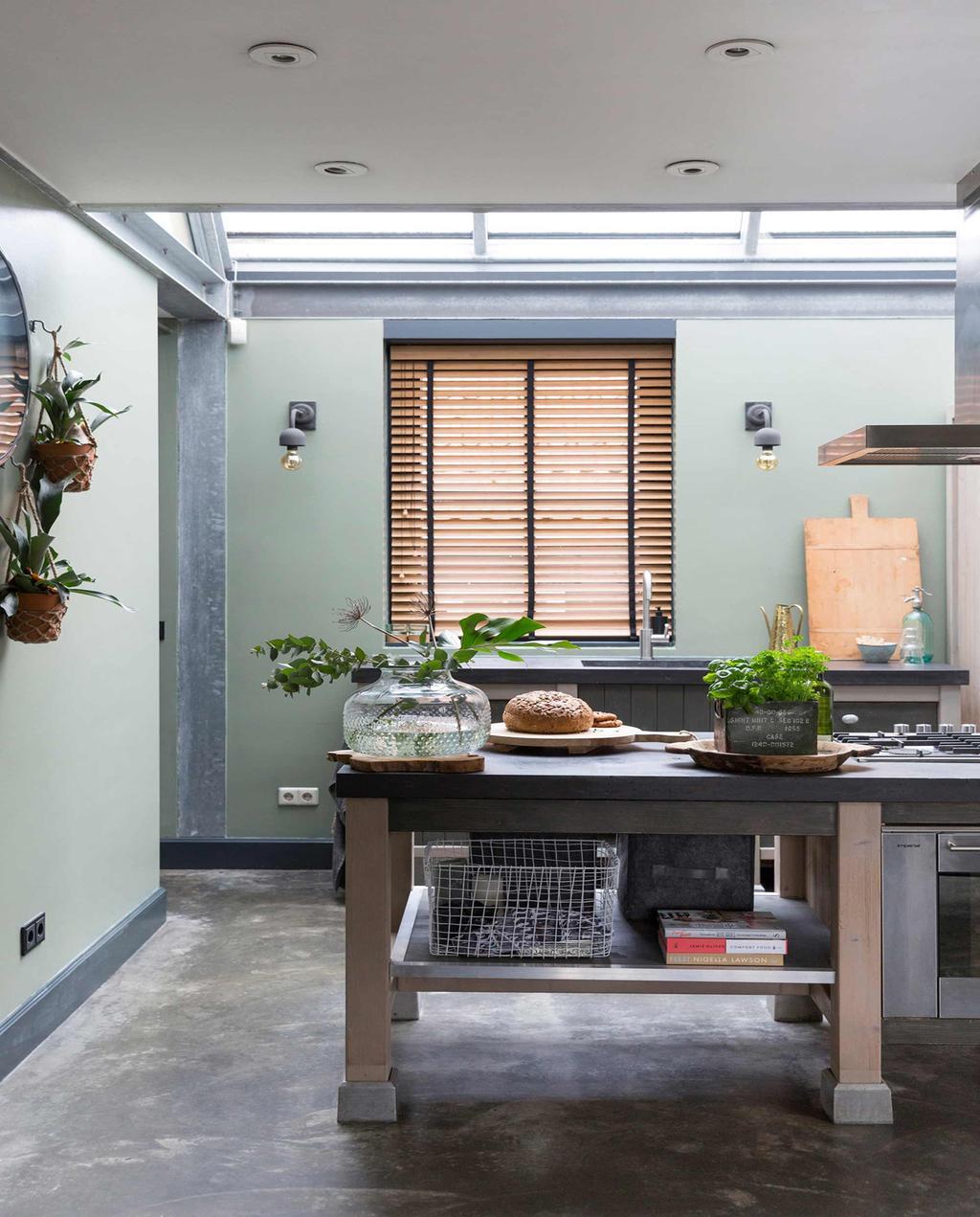 vtwonen 10-2017 | groene keuken met houten werkbank