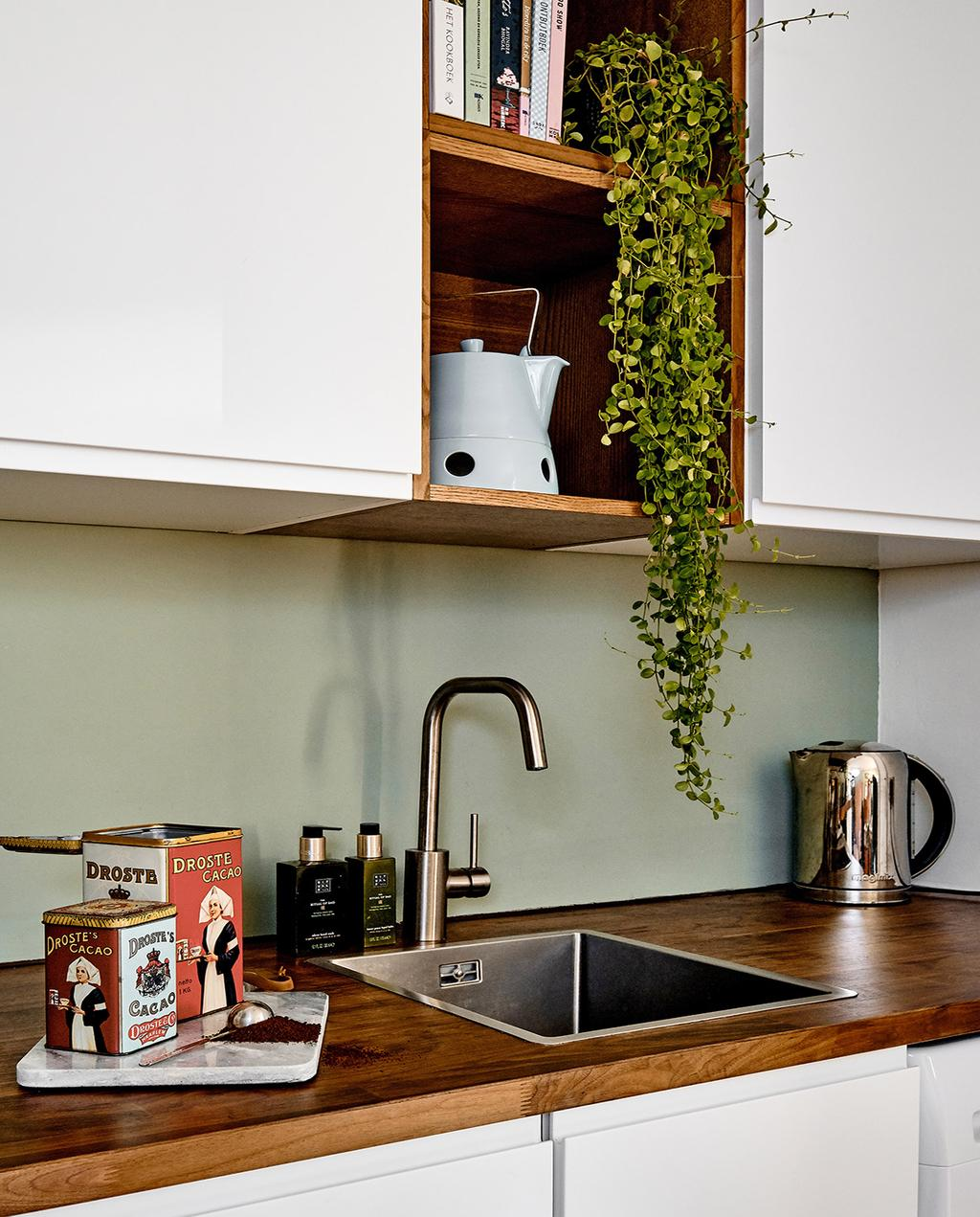 vtwonen 02-2021 | keuken met witte bovenkastjes
