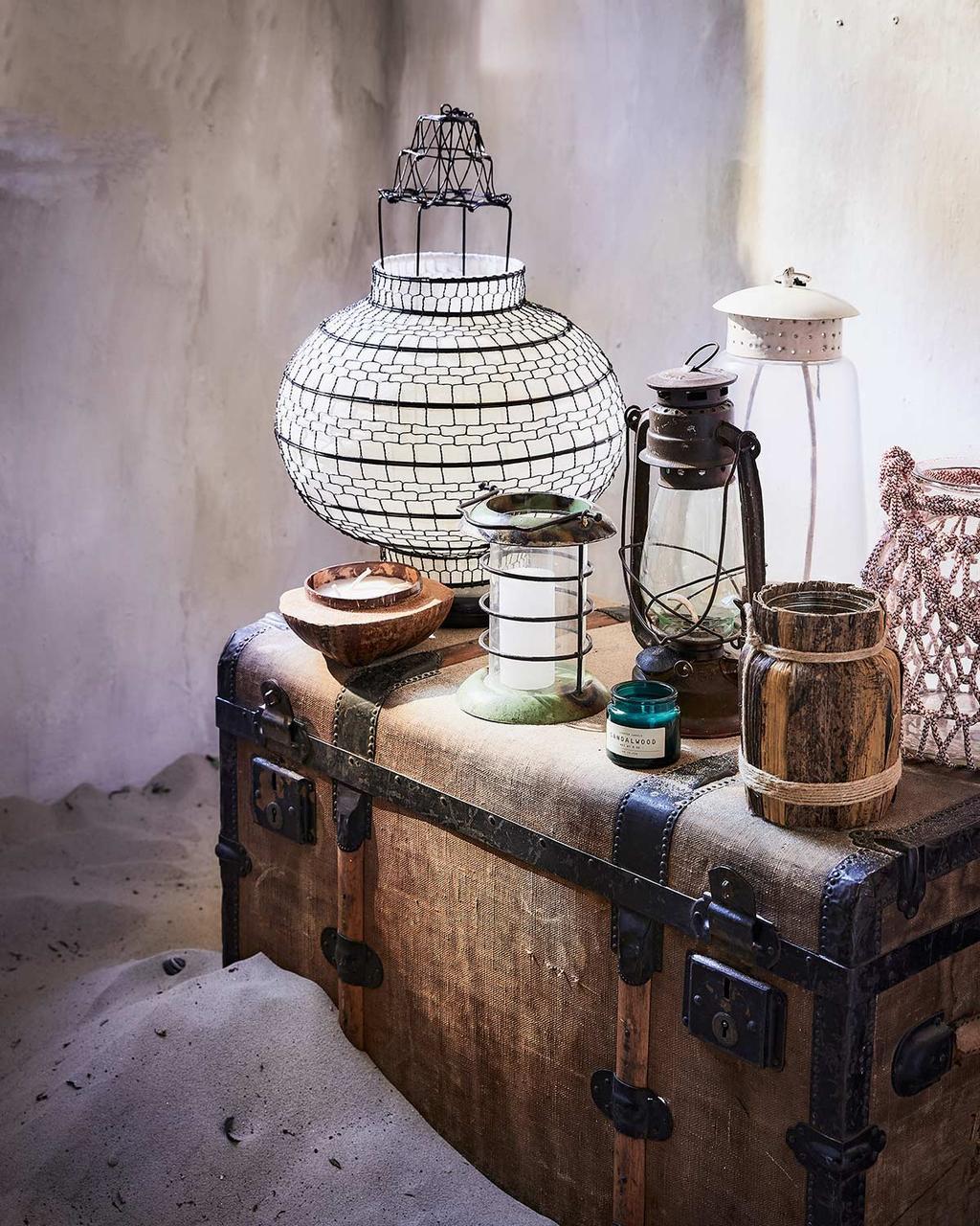 Vintage koffer met lampionnen voor de zomer