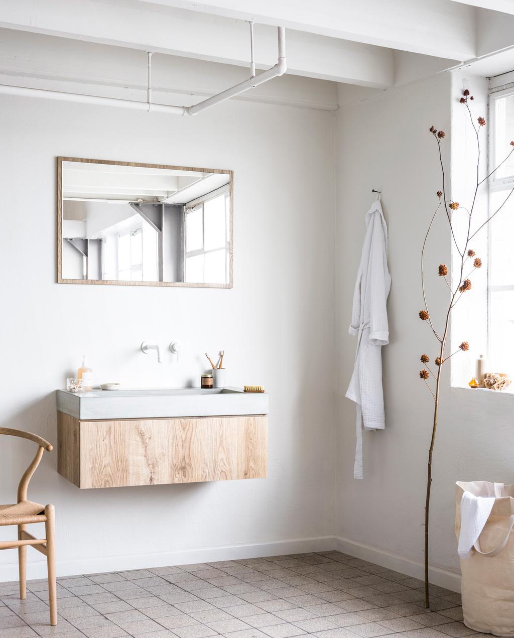 lichte badkamer met witte muren