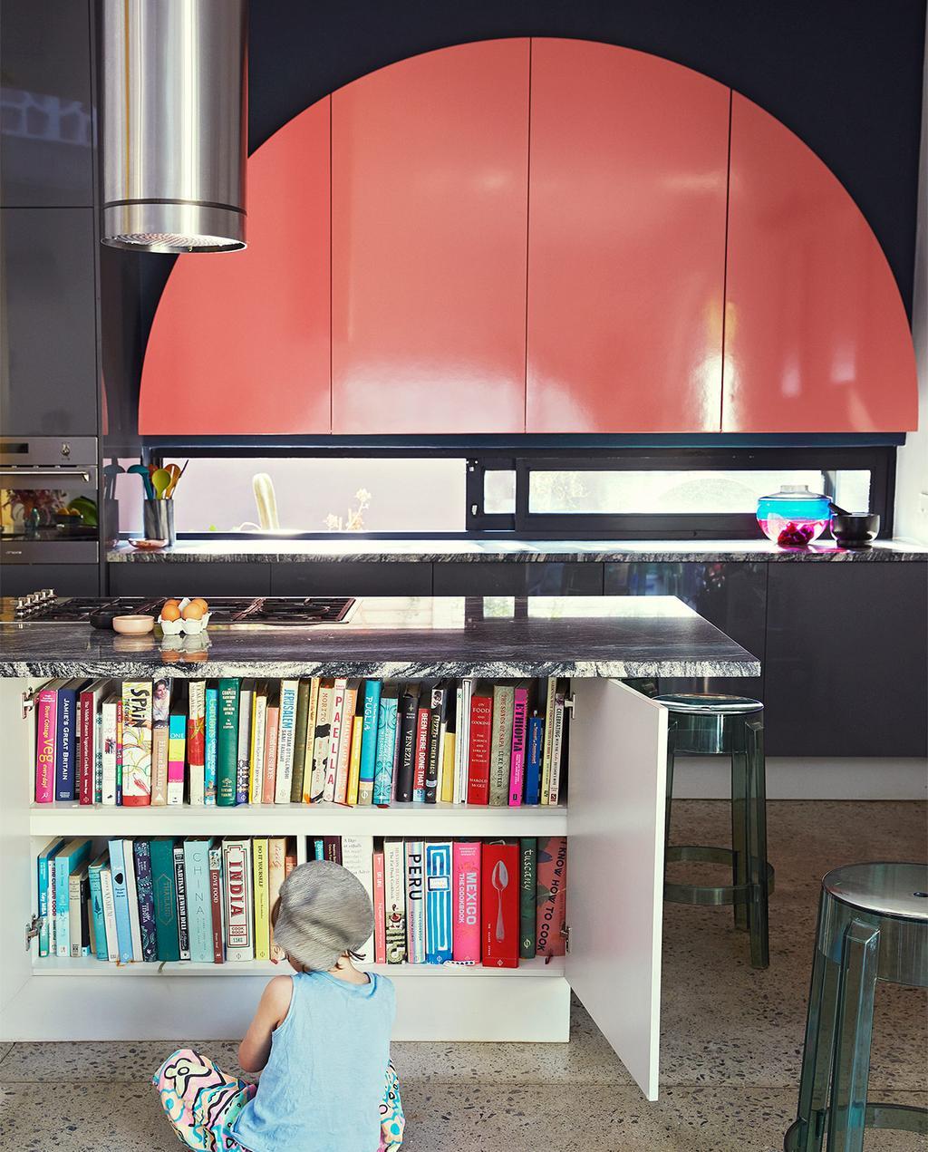 vtwonen binnenkijk special 07-2021 | het keukeneiland in de woning heeft een ingebouwde boekenkast