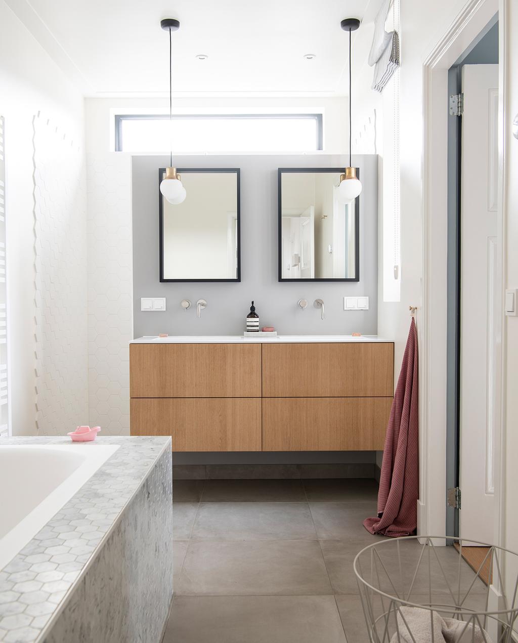 vtwonen 04-2021 | badkamer met houten wastafelmeubel