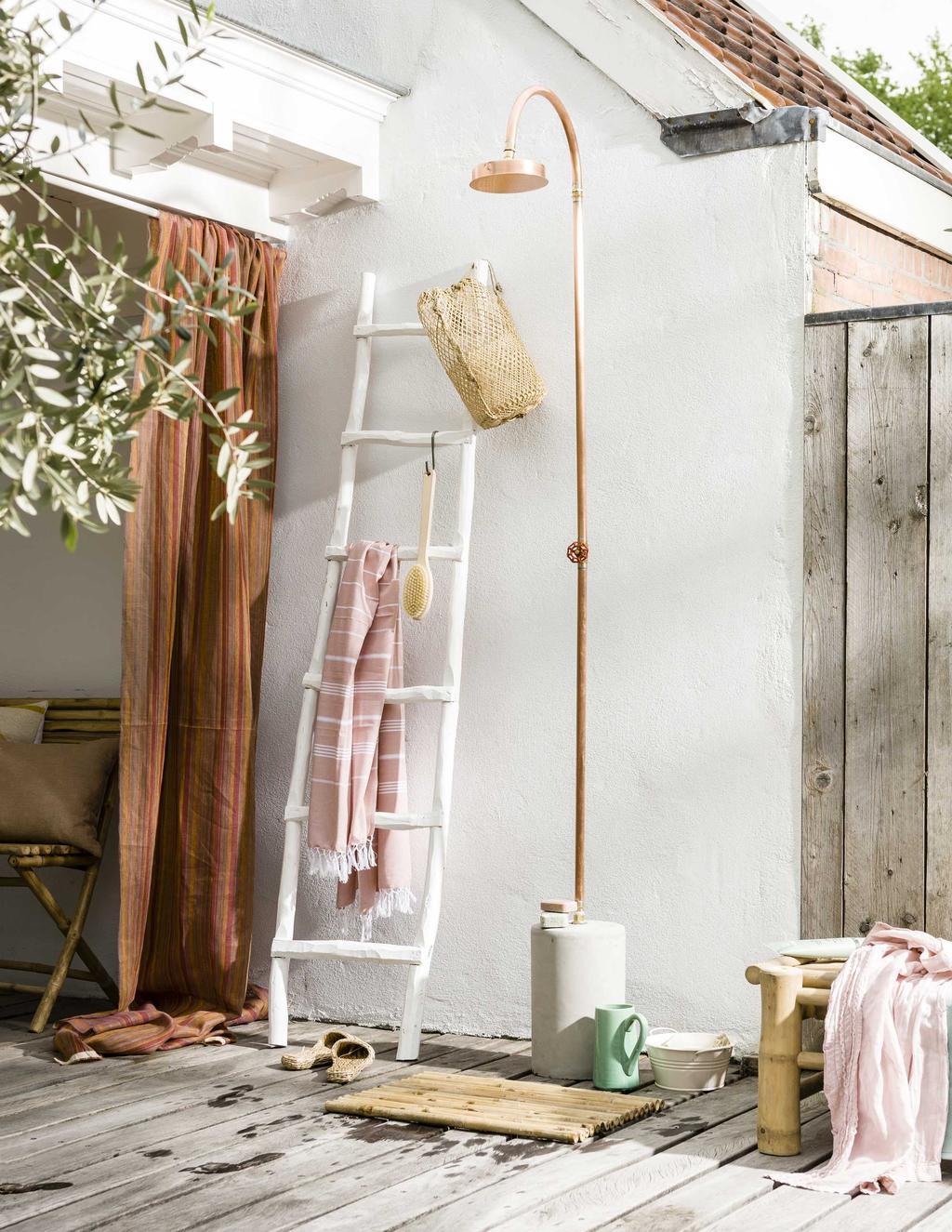 vtwonen 07-2016 | zomerzoet vakantie in eigen tuin styling buitendouche koper met witte oude ladder