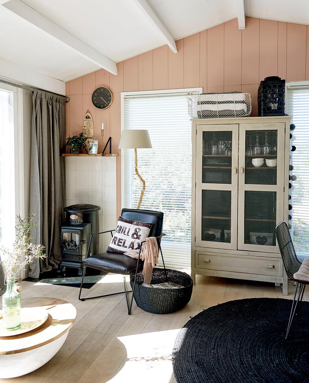 vtwonen zomerboek 2020 | binnenkijken Egmond woonkamer met zwart leren stoel