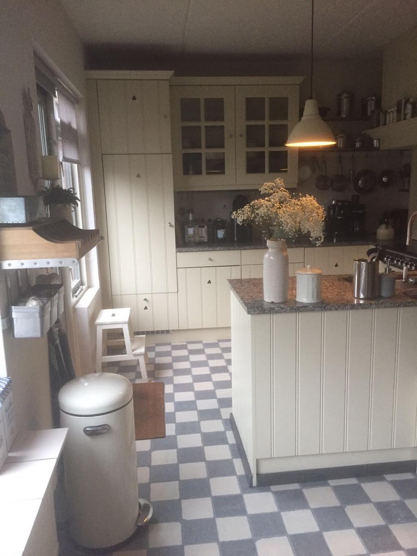 we-lieten-de-keuken-schilderen-in-een-mooie-cremekleur-het-bleek-dat-de-keus-van-de-nieuwe-handgreepjes-geen-goede-was-omdat-de-deurtjes-beschadigden