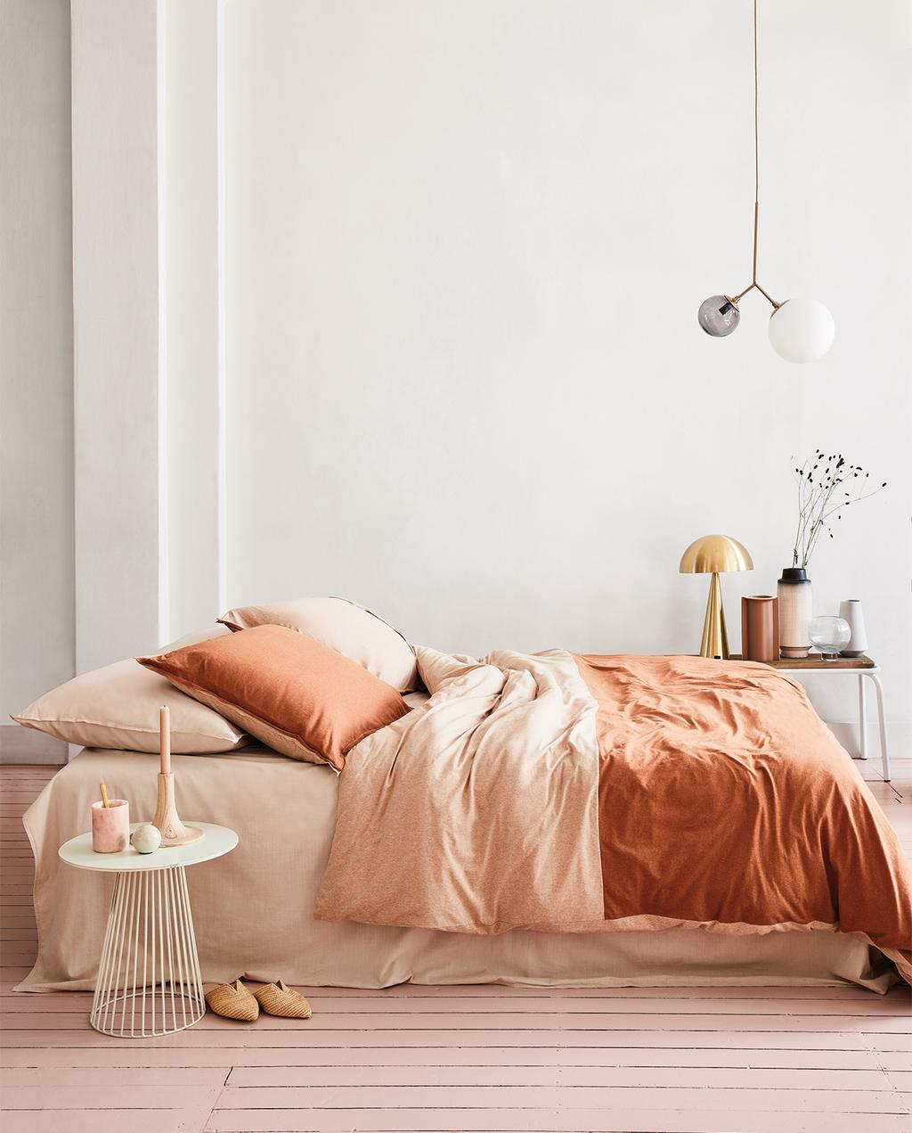 vtwonen 05-2020 | slaapkamer met bed en oranje dekbedovertrek
