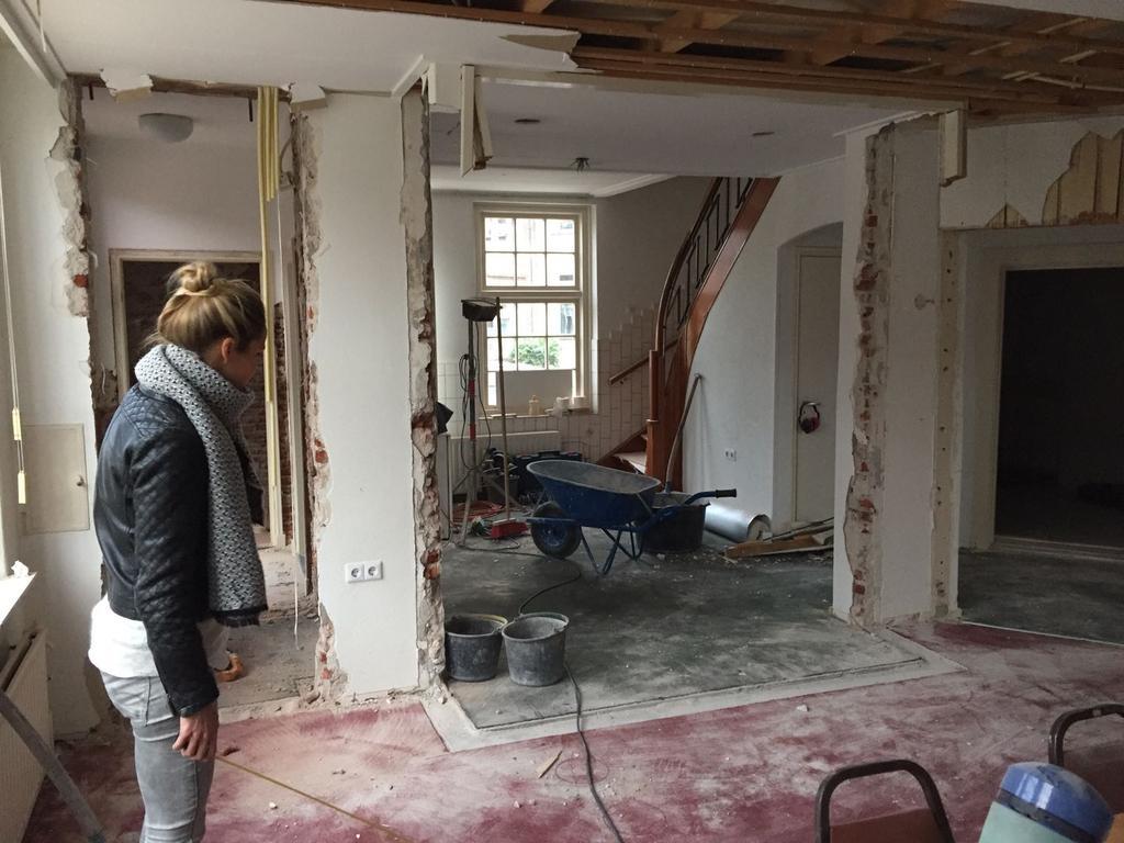dit-was-vorig-jaar-voor-de-verbouwing-vroeger-was-dit-een-bankgebouw-de-loketten-kwamen-achter-muren-weer-tevoorschijn-de-grote-kluis-is-bewaard-gebleven-en-daar-hebben-we-onze-bijkeuken-van-gemaakt