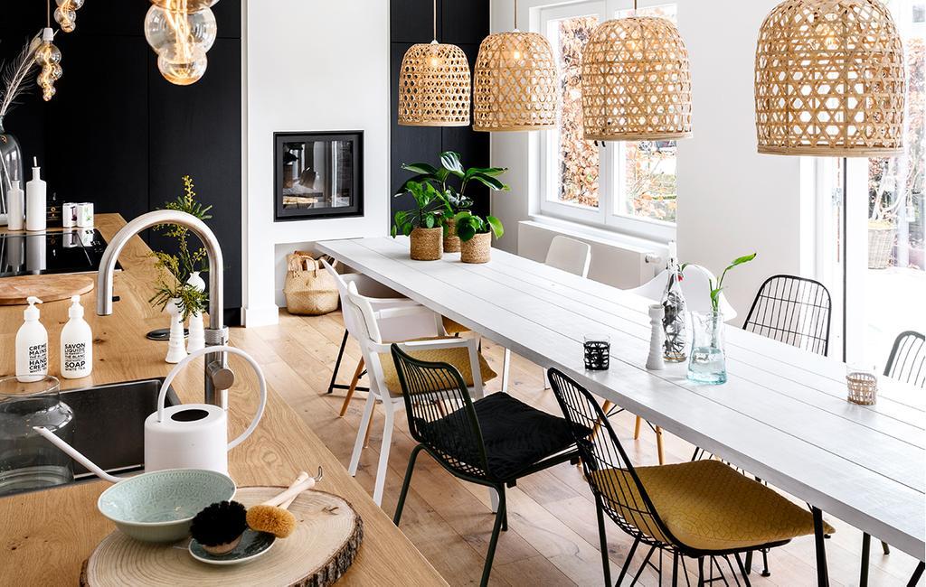 vtwonen 05-2020 | riant familiehuis Breda keuken met rotan hanglampen