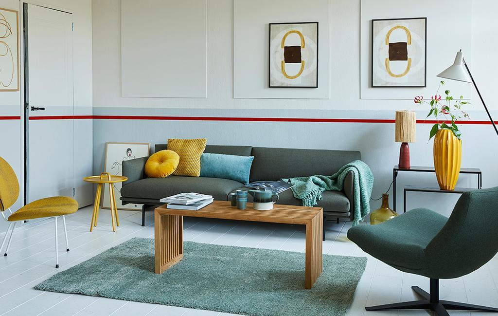 kleurrijk en fris interieur in blauwe woonkamer met rode streep op de muur