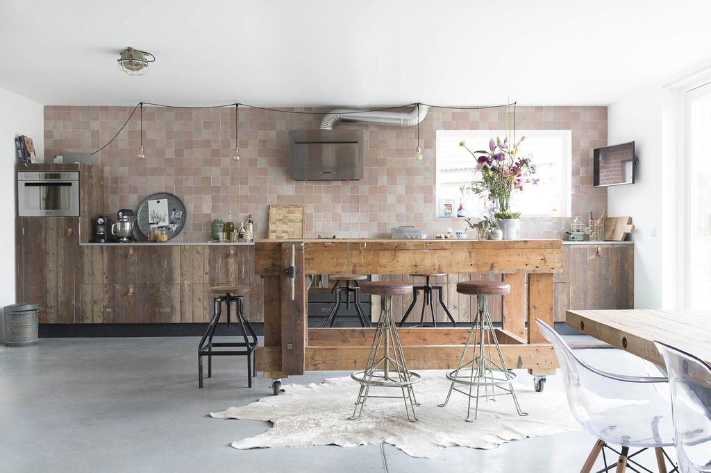 Keuken met houten eettafel
