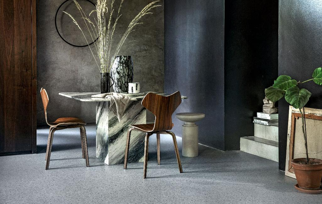 vtwonen 12-2020 | forbo eetkamervloer grijs en grijze stucmuur en marmeren tafel en designstoelen