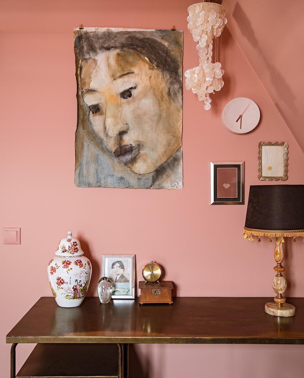 vtwonen 06-2021 | schilderij met tafel, op de tafel staat een lamp vaas en andere ornamenten