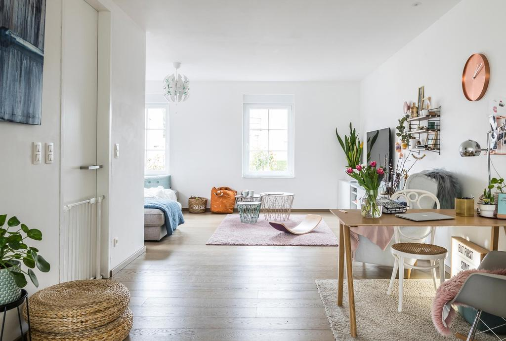 Woonkamer met witte muren en tafel