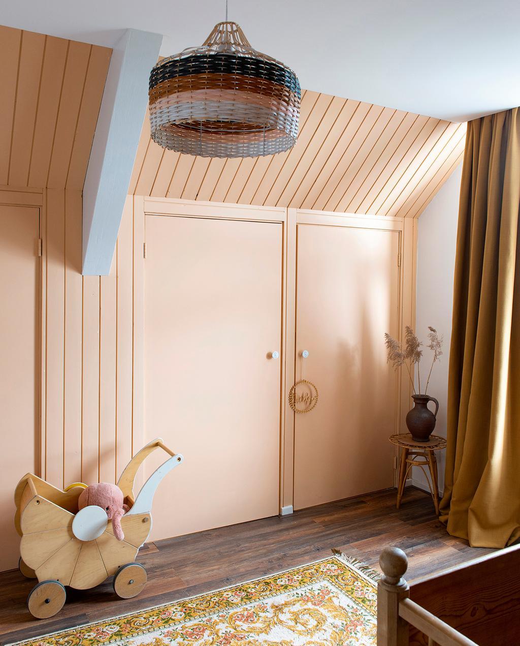 vtwonen 08-2020 | binnenkijken Arnhem kinderkamer zalmroze kasten