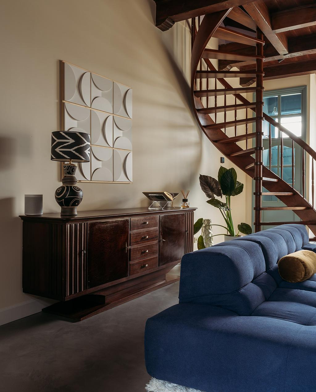 vtwonen 03-2021 | blauwe bank in woonkamer met dressoir en kunst met reliëf