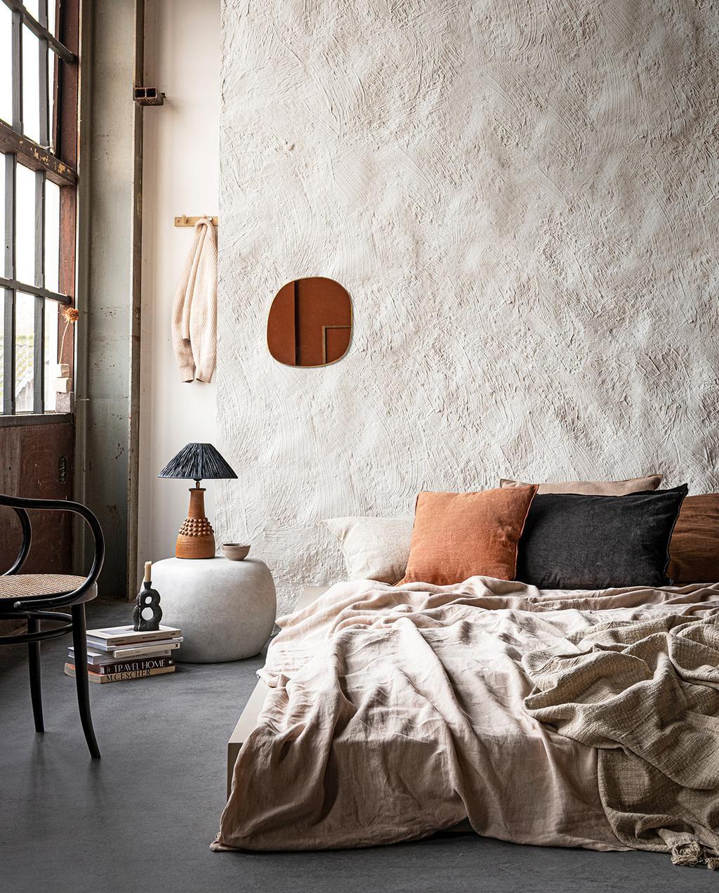 vtwonen 03-2021 | slaapkamer met bed en muurverf van chalk white