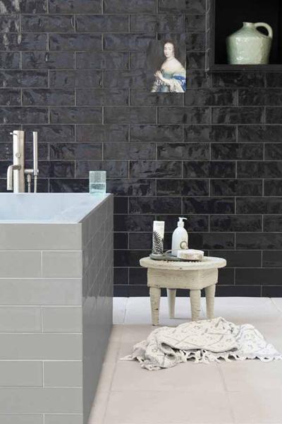 badkamer-zwarte-grijze-tegel