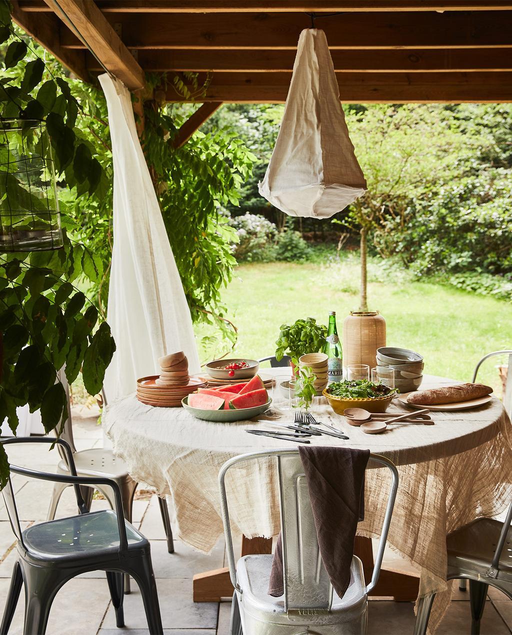 vtwonen special tuin 03 2021 | ronde tafel met stoelen en eten