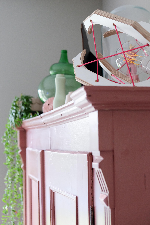 Lamp op roze kast